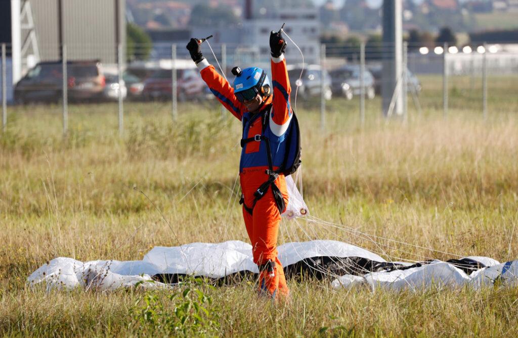 Raphael Domjan finally landing after jumping 5,000ft