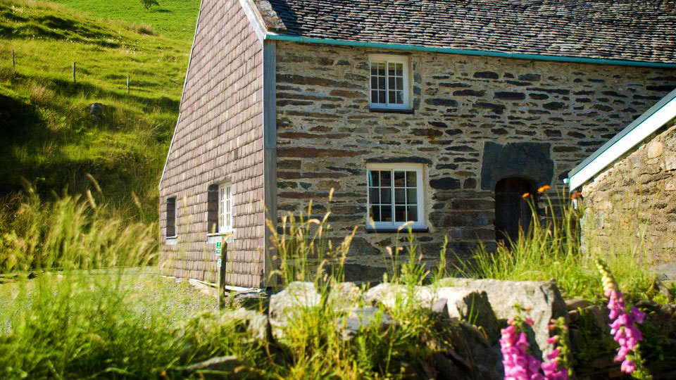 A countryside cottage with a view of Snowdon's Horse Shoe